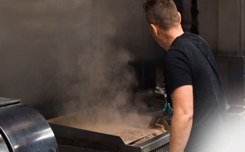 How to Clean a Flat Top Commercial Grill? worker cleaning commercial grill. how to clean a gas grill with vinegar? how to clean a flat top grill after use?